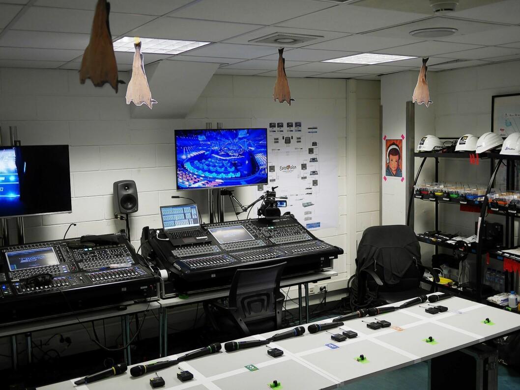 Den siste stasjonen før artistene skal på scenen, er rommet der de får utlevert mikrofoner og koplet opp øremonitorer. Takket er pyntet med bilder av tørrfisk. Foto. Stian Sønsteng