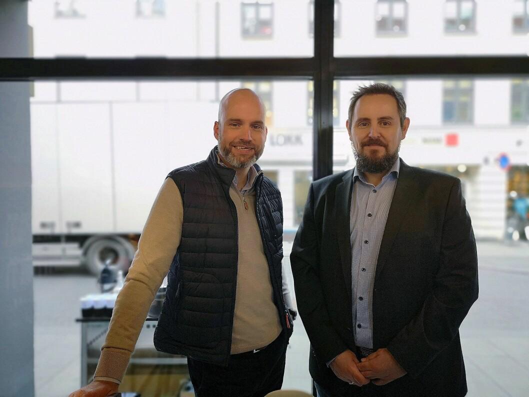 Stig-Ove Langø, salgssjef mobil i Samsung Norden, og service-sjef Svein Erik Jensen i er fornøyde med å ha åpnet selskapets første service-butikk i Norge. Foto: Marte Ottemo.