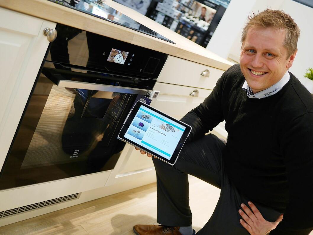 Martin Stenberg, distriktssjef i Electrolux Home Products Norway, viser CombiSteam Pro Smart EKS985Z, med dampfunksjon og kamera. Foto: Stian Sønsteng
