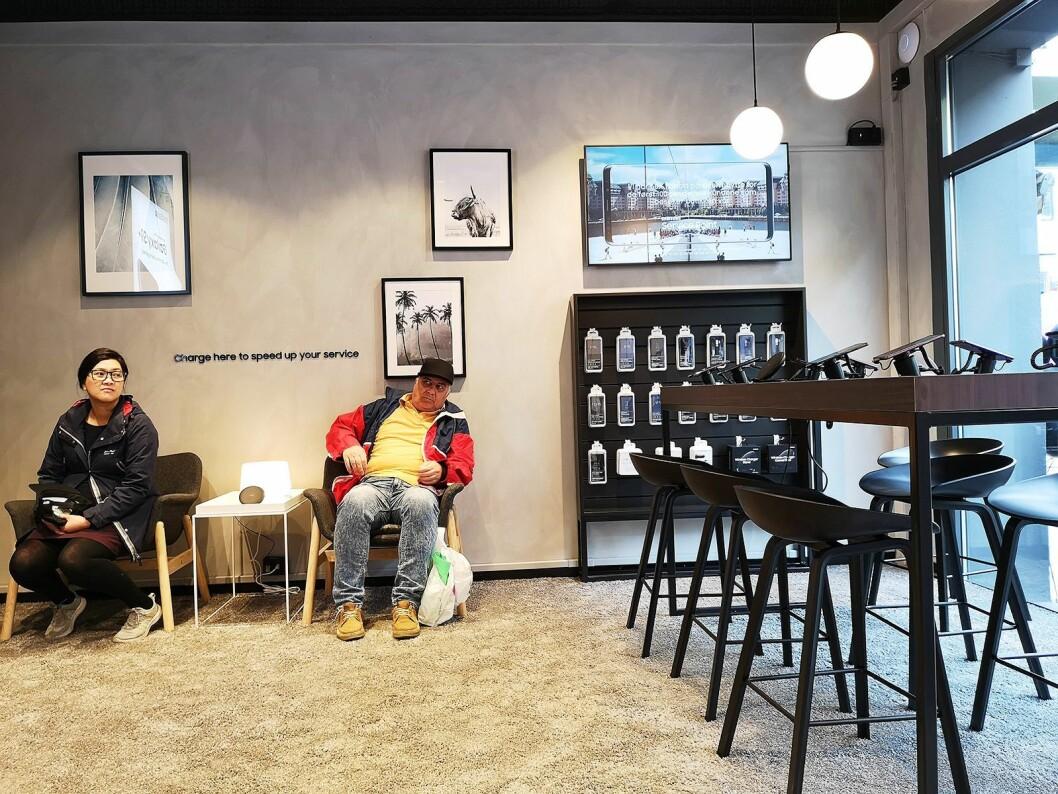 Butikken har fått skandinavisk design, og egne venteområder med komfortable stoler. Foto: Marte Ottemo.