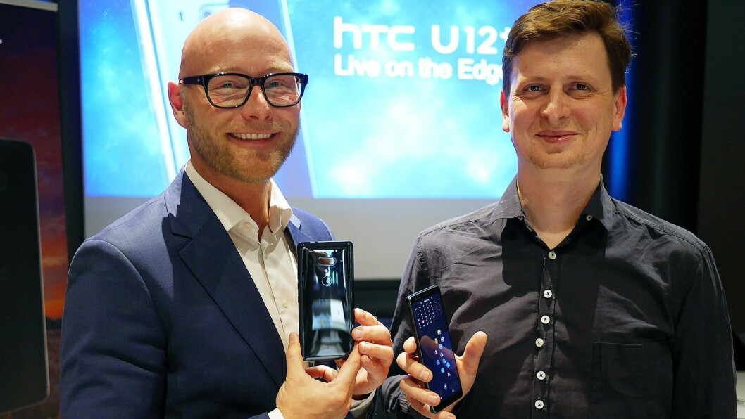 Norden-sjef Lars Toft (t. v.) og kommersiell produktsjef Bartosz Zuk i HTC presenterte U12+ i København den 22. mai. Foto: Stian Sønsteng