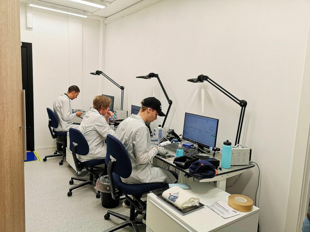 På bakrommet sitter teknikere og utfører selve reparasjonene. Foto: Marte Ottemo.