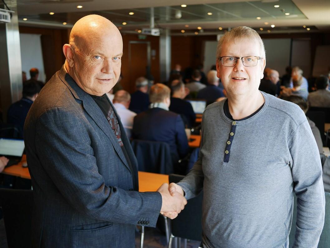Daglig leder Jon Olav Næss (t. v.) i Elesco Norge ønsker Bjørn Leikvik i Elesco Tromsø AS velkommen i kjeden. Foto: Stian Sønsteng