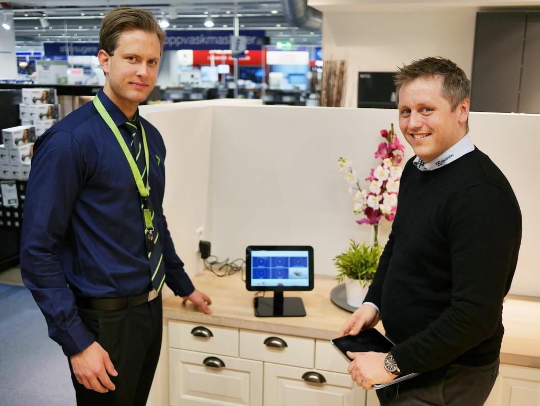 Hvitevareselger Petter Wang (t. v.) ved Elkjøp Megastore Ullevål og distriktssjef Martin Stenberg i Electrolux Home Products Norway. Foto: Stian Sønsteng.