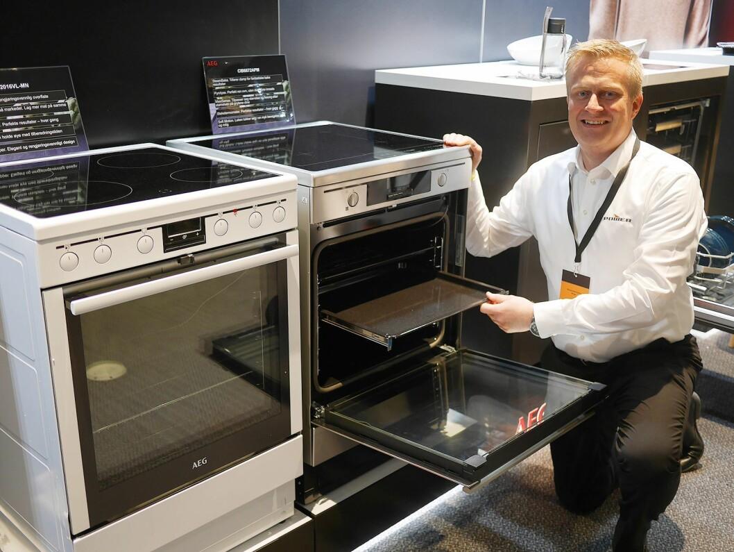 Thomas Marthinsen med to av AEGs frittstående komfyrer med damp; 42016VL i hvitt (9.000,-) og CIB6672APM i stål (13.000,-). Foto: Stian Sønsteng