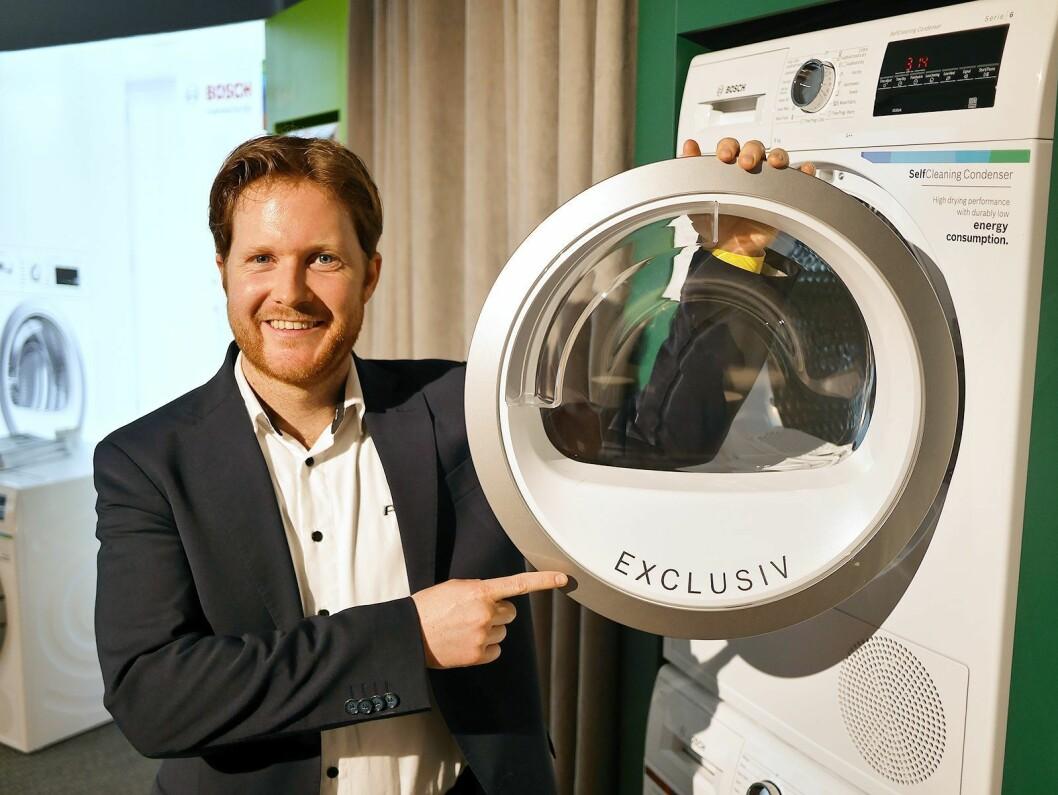 Lars Jødahl med en av Bosch Exclusiv-vaskemaskinene Power har eksklusivt i Norden. Foto: Stian Sønsteng.