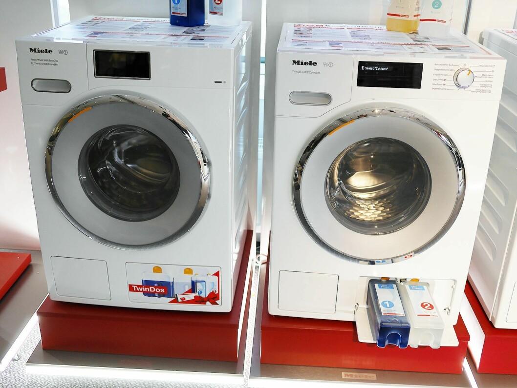 To av Mieles TwinDos-vaskemaskiner. Modellen til høyre koster 14.000 kroner. Foto: Stian Sønsteng.