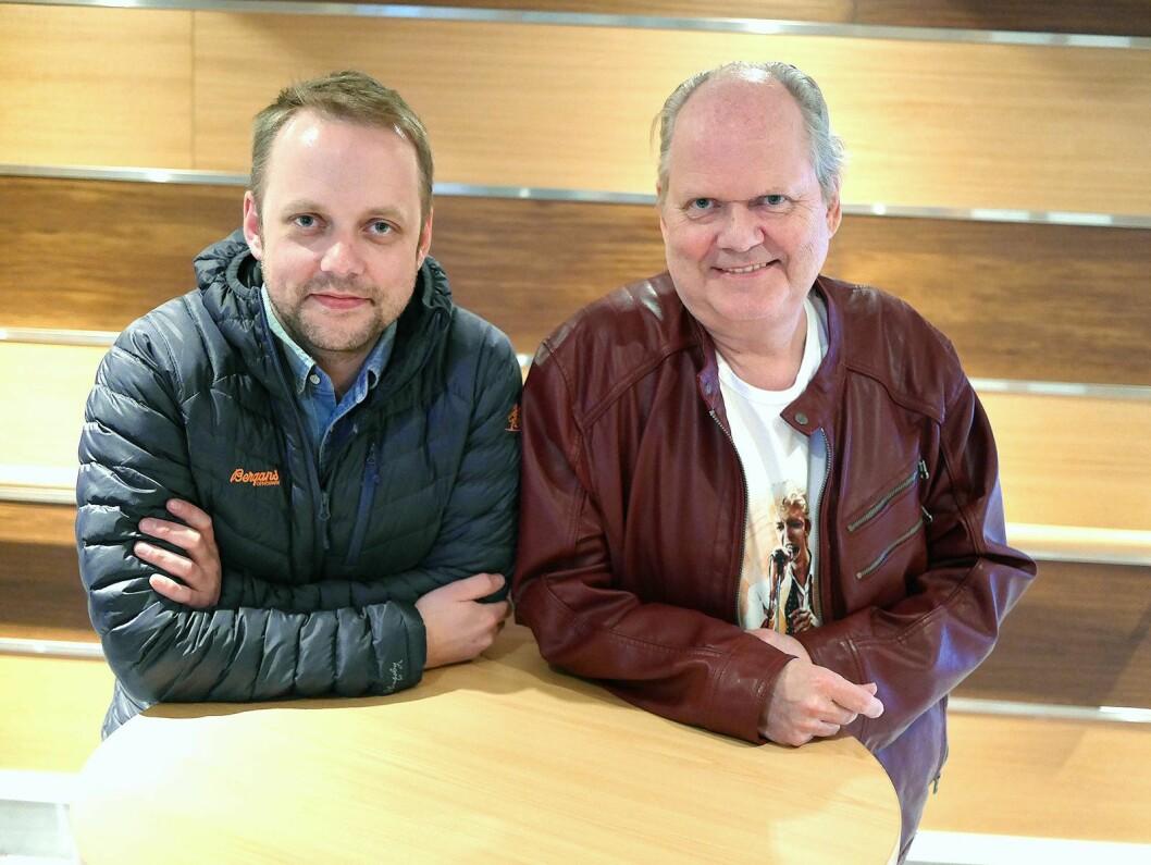Herleik Dalen (t. h.) overlater stillingen som daglig leder i Dalens Elektronikkservice til sønnen Robin Dalen. Foto: Stian Sønsteng