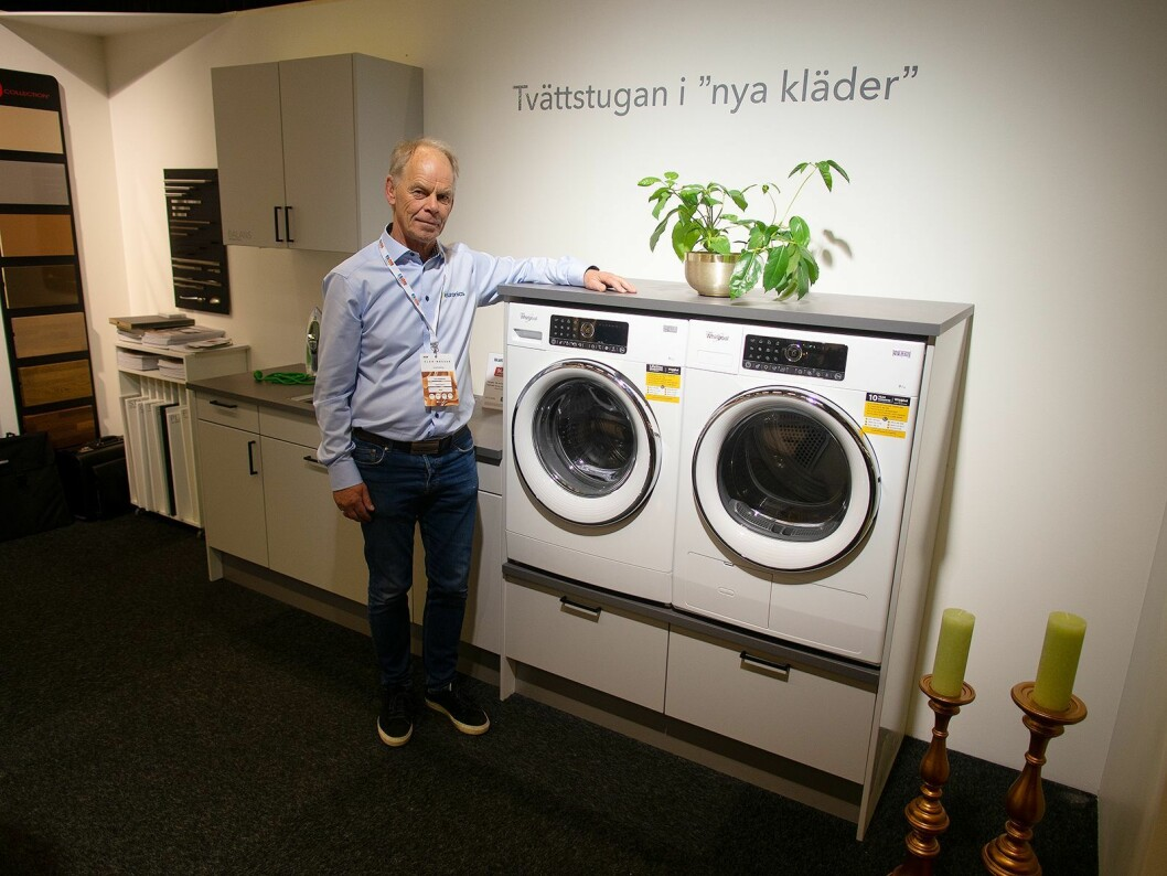 Terje Gudmundsen på Elon-messen i Bäcklunda-utstillingen, der både kjøkkeninnredning og vaskerom vises. Foto: Ola Larsson.