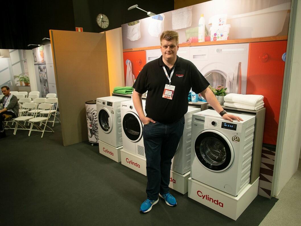 Anders Larsson fra Cylinda på Elon-messen 2018 med firmaets autodoserte vaskemaskin FTA5576. Foto: Ola Larsson.