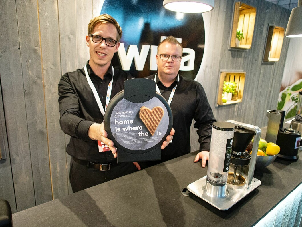 Tony Andersson (t. v.) med Wilfas vaffeljern Hearts 23 i hendene og Johan Dahlen på Elon-messen. Foto: Ola Larsson