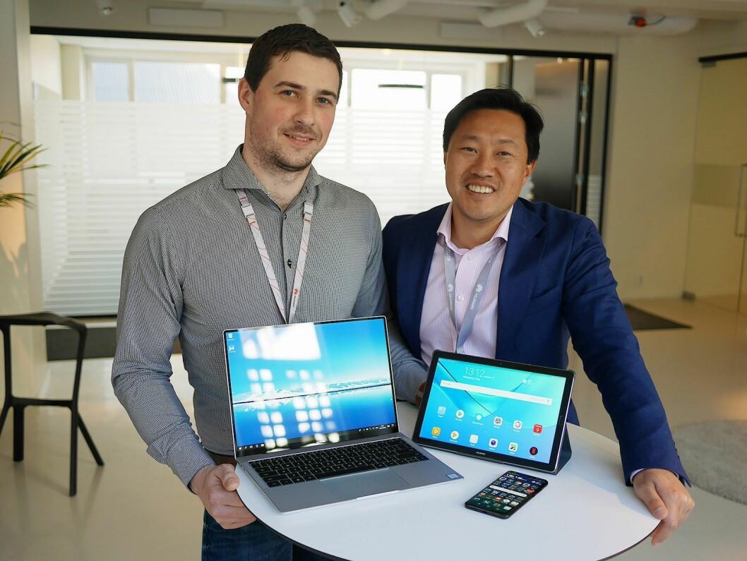 Nordisk salgssjef Sebastian Selfelt (t. v.) og norsk PR-sjef Anders Bigseth i Huawei med MateBook X Pro, MediaPad M5 og P20 Pro. Foto: Stian Sønsteng