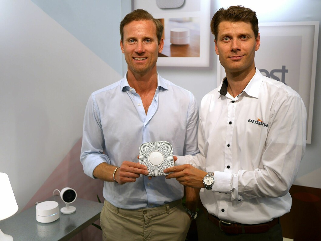 Karl Sandstedt (t. v.) i Google og Alexander von Krogh i Power med den smarte røykvarsleren Nest Protect. Til venstre Google Wifi og Nest Cam IQ. Foto: Stian Sønsteng