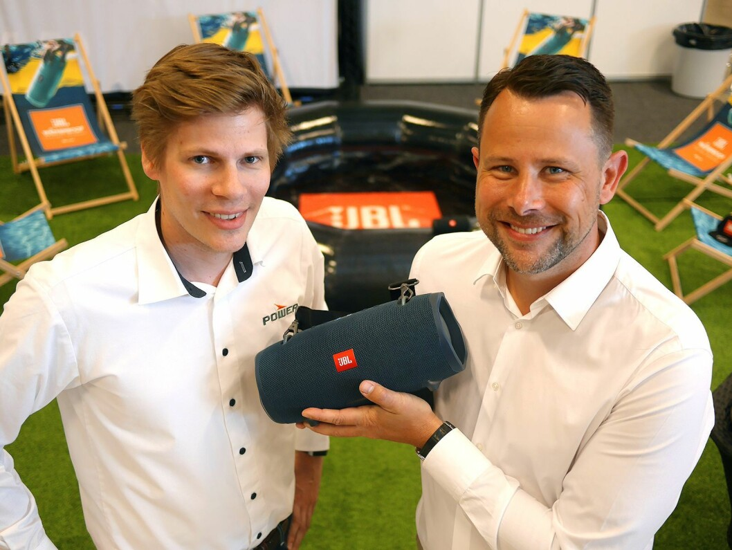Christopher Thomas Roberts (t. v.) og Henrik Sie i Harman med JBL Xtreme 2. Foto: Stian Sønsteng