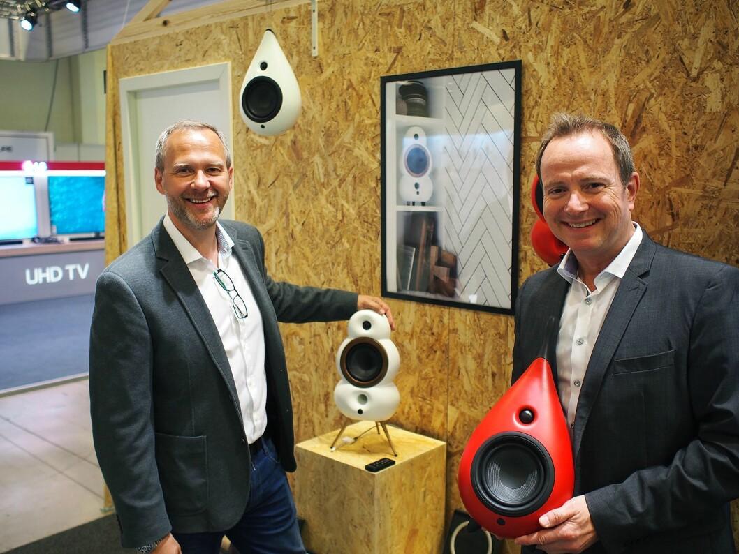 Roger Wollan (t. h.) fra EET holder en Podspeakers Drop-modell i rødt, mens kollega Tore Lundby viser den hvite MiniPoden. Foto: Jan Røsholm