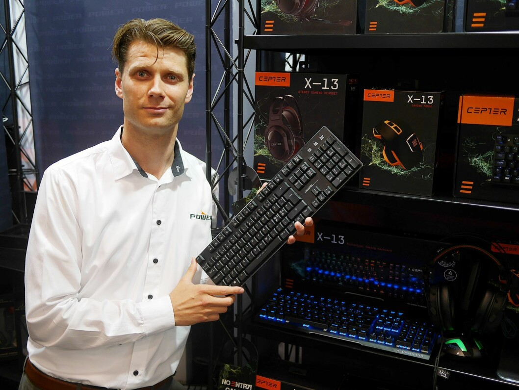 Alexander von Krogh med Powers nye Dacota Platinum-tastatur med semimekaniske taster, og gamingtastatur fra Cepter. Foto: Stian Sønsteng