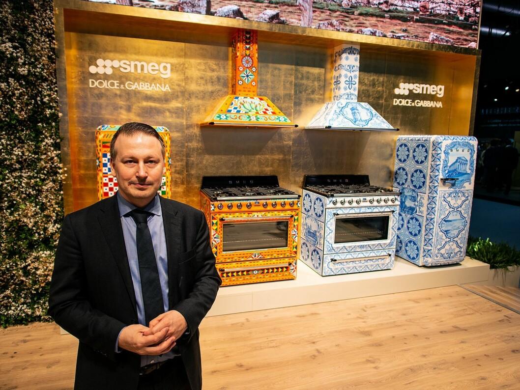 Mikael Åkerlund med de to variantene av «Divina Cucina». Samarbeidet med Dolce&Gabbana består av frittstående ovn, kjøkkenvifte og matchende FAB28 kjøleskap. Foto: Ola Larsson.