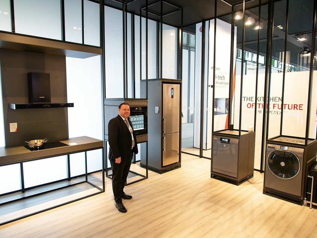 Peter Ericsson på Candy Hoovers stand under EuroCucina, hvor selskapet viste fram sin nye oppkoblede serie AXI. Foto: Ola Larsson.