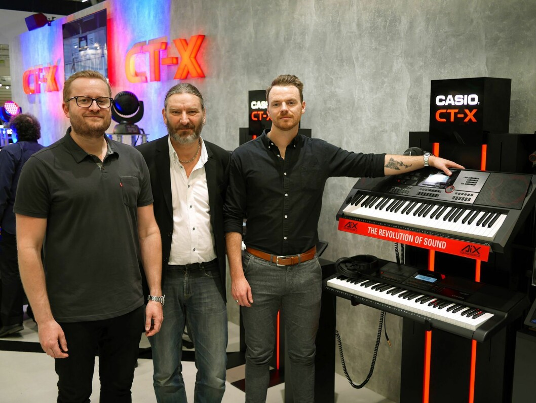 Torstein Vik (f. v.) Per Nordengen og Mikael Romundstad utgjør Polysonic Norge AS. På Musikmesse viste de Casio CT-X-serien. Foto: Stian Sønsteng