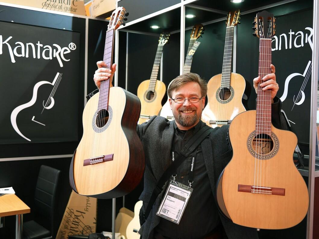 Terje Mentyjærvi i Musikk og elektronikk AS med Kantare-gitarene Grasioso og Dolche (med utsparing) han har i sortimentet. Foto: Stian Sønsteng
