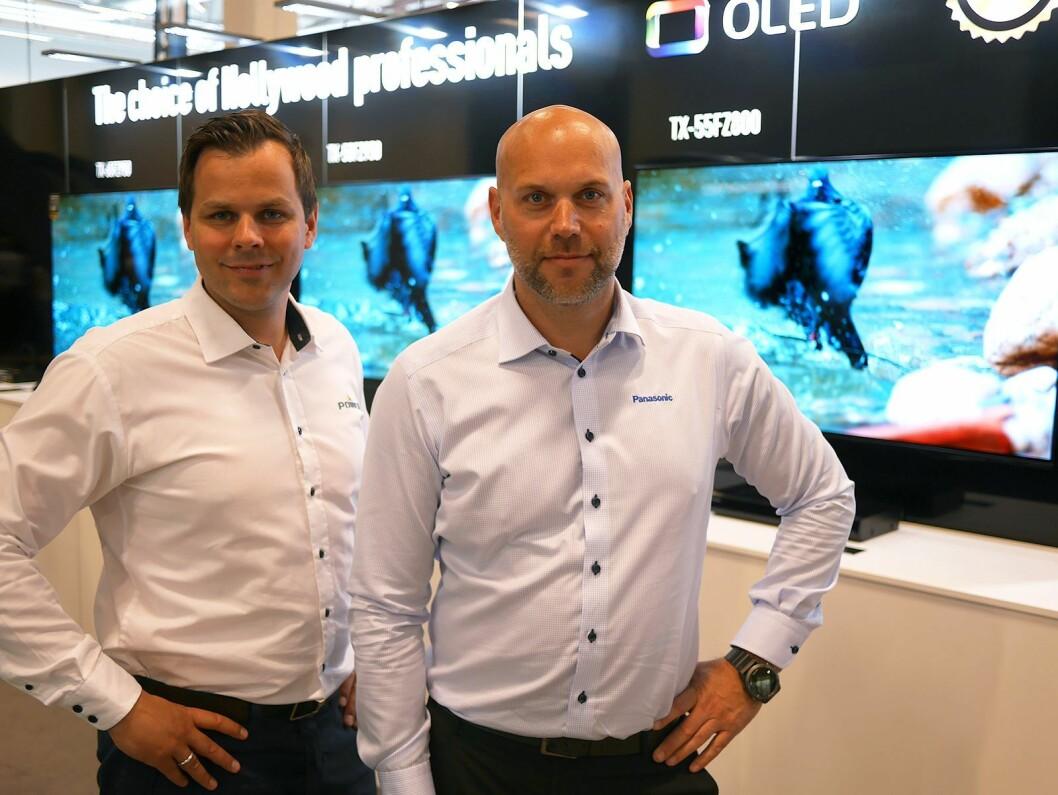 Henning Lahus (t. v.) i Power og Fredrik Berg i Panasonic med TVen TX-55FZ800. Pris: 25.000,- Foto: Stian Sønsteng.