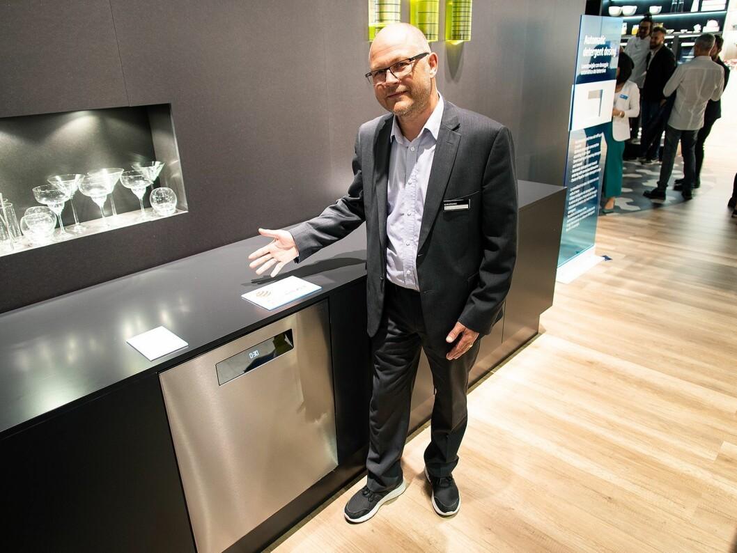 Øistein Bovolden, nordisk produktspesialist for store hvitevarer hos Beko, ved selskapets nye, prisbelønte oppvaskmaskin. Foto: Ola Larsson