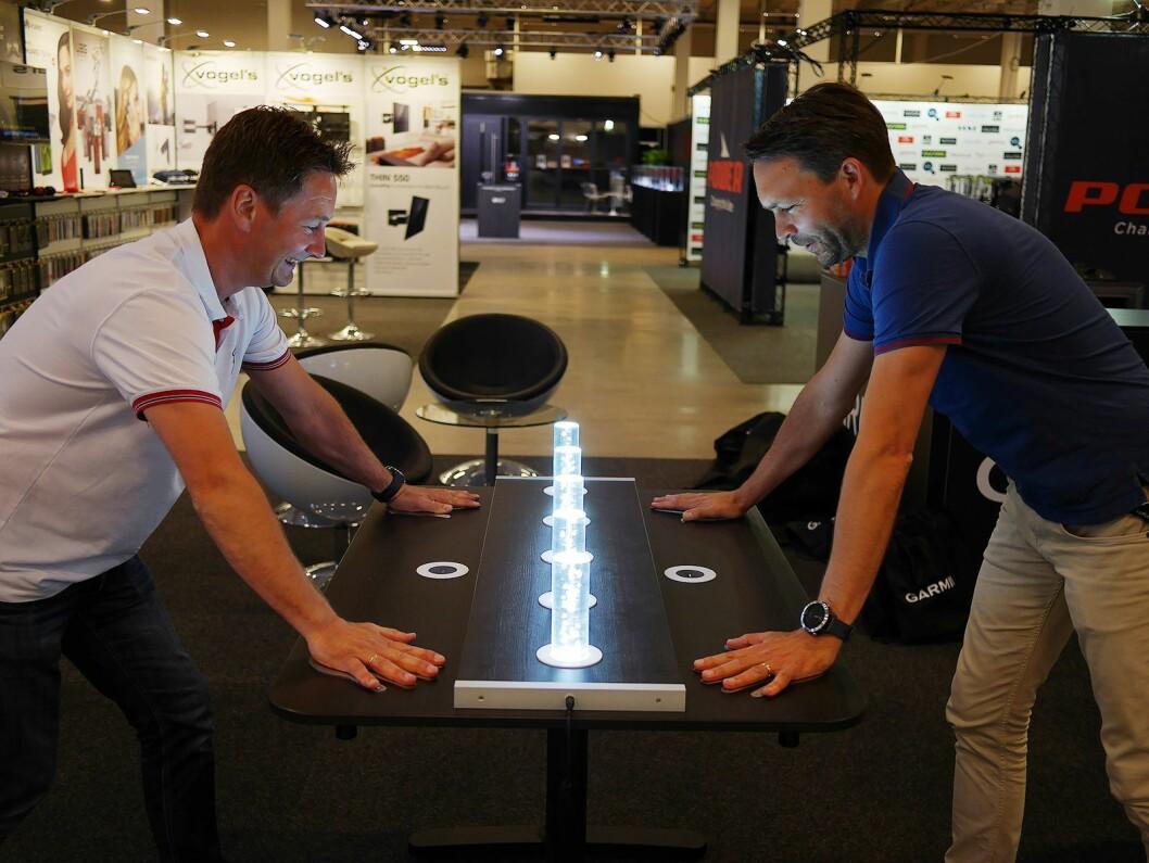 Andrew Søgaard (t. v.) og David Ekander i Garmin konkurrerer på lysbordet selskapet hadde med på PowerUp. Foto: Stian Sønsteng.