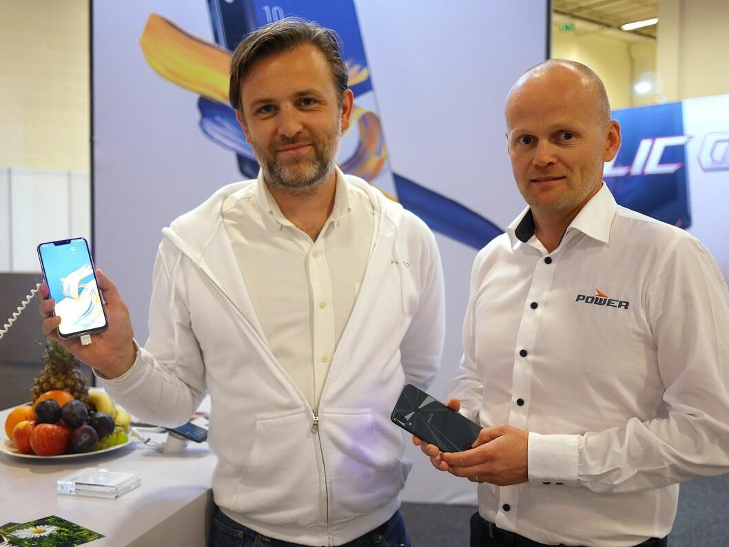 Nordisk salgssjef Trond Sandal (t .v.) og nordisk salgssjef Thomas Korsnes i Power med Zenfone 5. Foto: Stian Sønsteng.