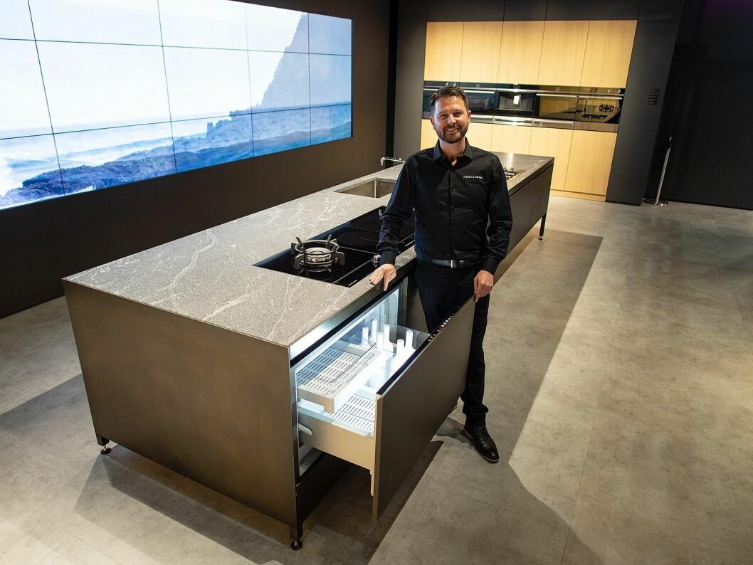 Peter Pollyn i Fisher & Paykel ved CoolDraw, en skuff som både kan brukes som kjøl, frys og til vin. Foto: Ola Larsson