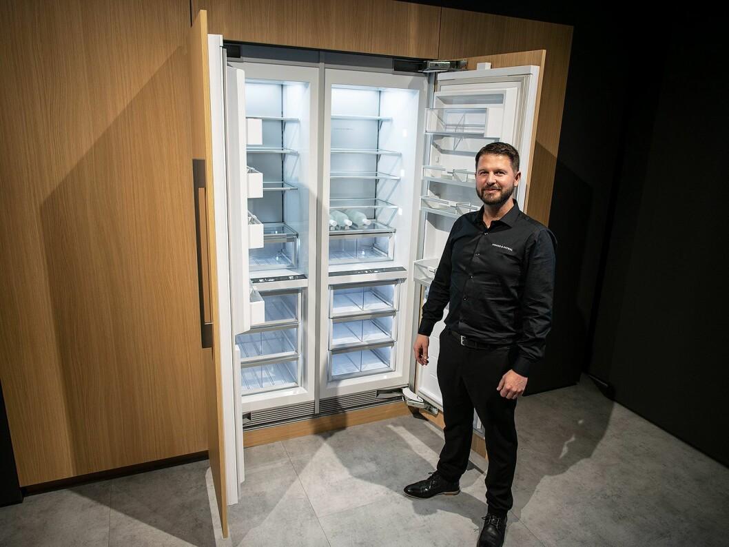 Peter Pollyn i Fisher & Paykel ved det selskapets nye og store kombiskap Columns. Foto: Ola Larsson.
