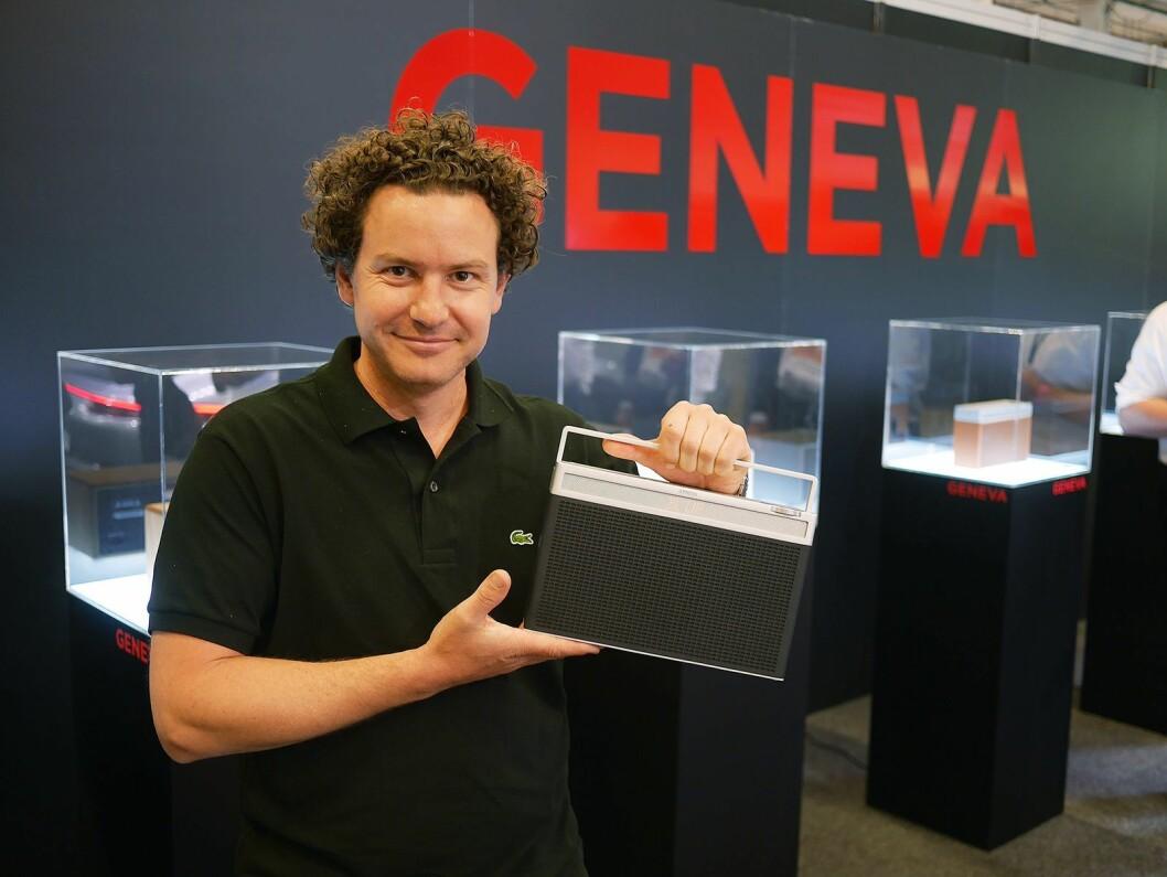 – Det er dette som er radio, sier Lars Christian Reinsborg i Neby Hi-Fi Concept og viser Geneva Touring L Dab+. Pris: 3.500,- Foto: Stian Sønsteng.