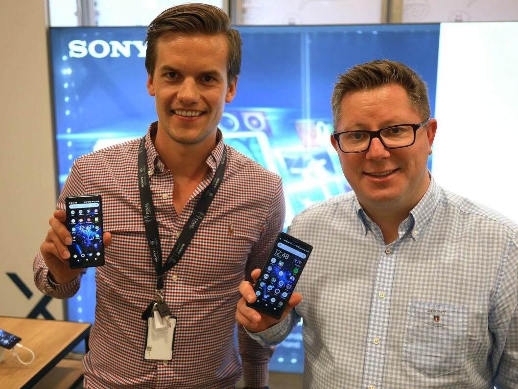 Eirik Risnes Kjønås (t. v.) og Ernst Rognstad i Sony Mobile med de nye Xperia XZ2 og Xperia XZ2Compact. Foto: Stian Sønsteng.