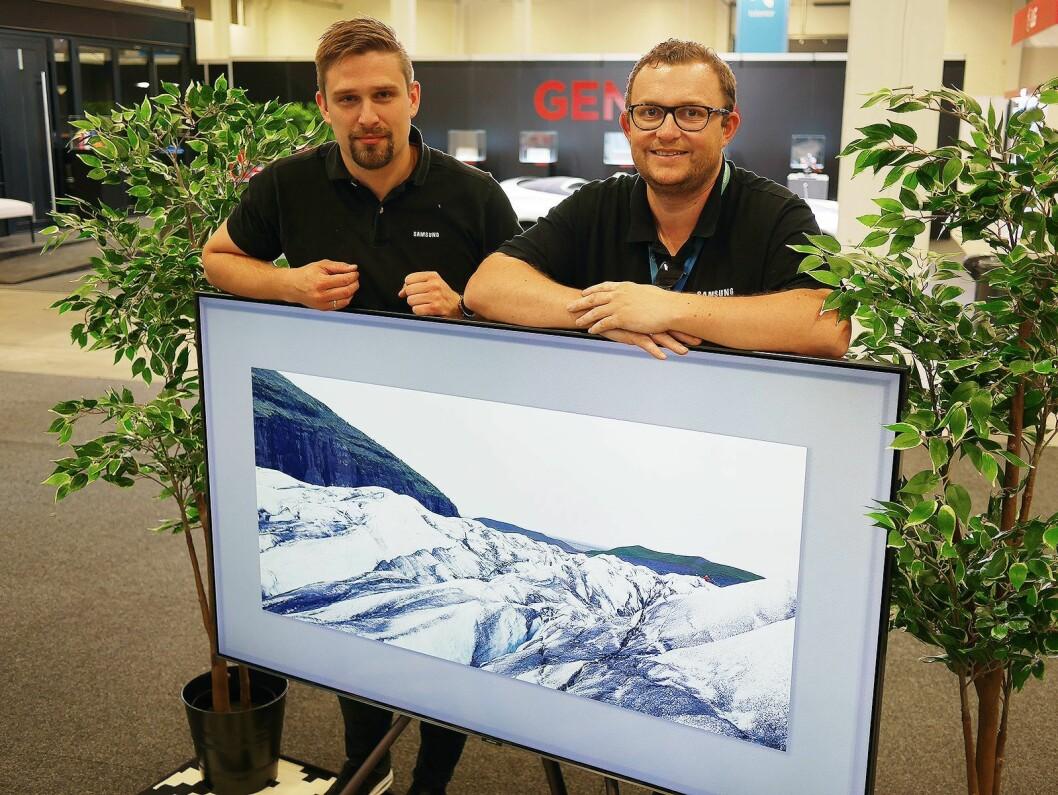 Magnus Ringø (t. v.) og Knut-Eirik Rørnes i Samsung med deres Q9FN på 65 tommer. Pris: 40.000,- Foto: Stian Sønsteng.