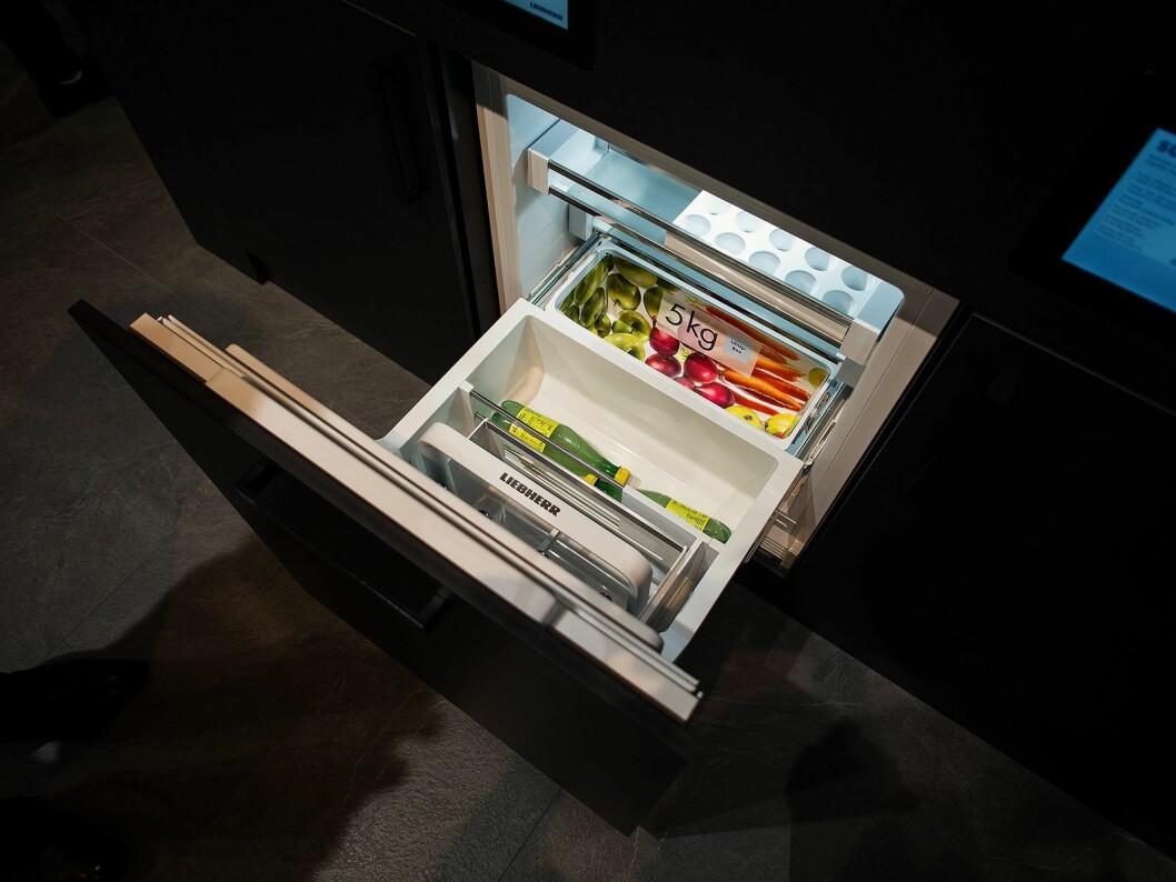 Liebherr UIKo 1560 er et kjøleskap med LiftUp-Box, som løfter seg når døren åpner og har plass til fem kilo matvarer. Foto: Ola Larsson.