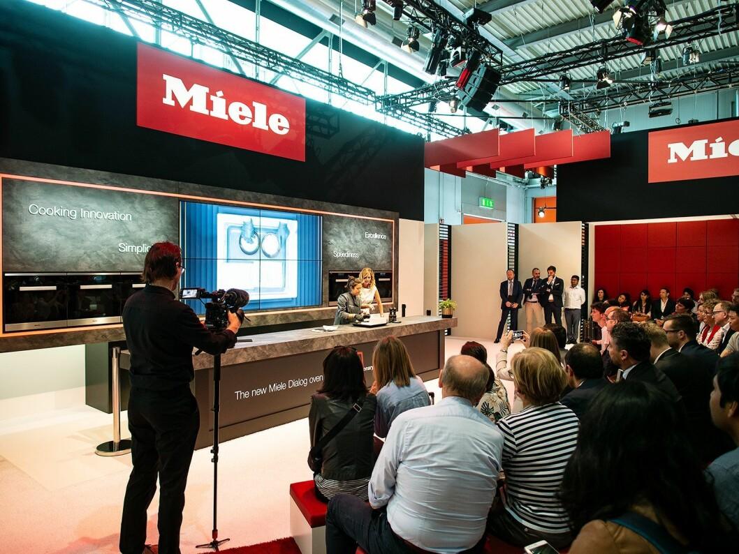 Miele Dialog-ovnen ble demonstrert av en kokk og en moderator, som blant annet viste fram at teknologien lar deg tilberede en fisk inne i en isblokk. Foto: Ola Larsson