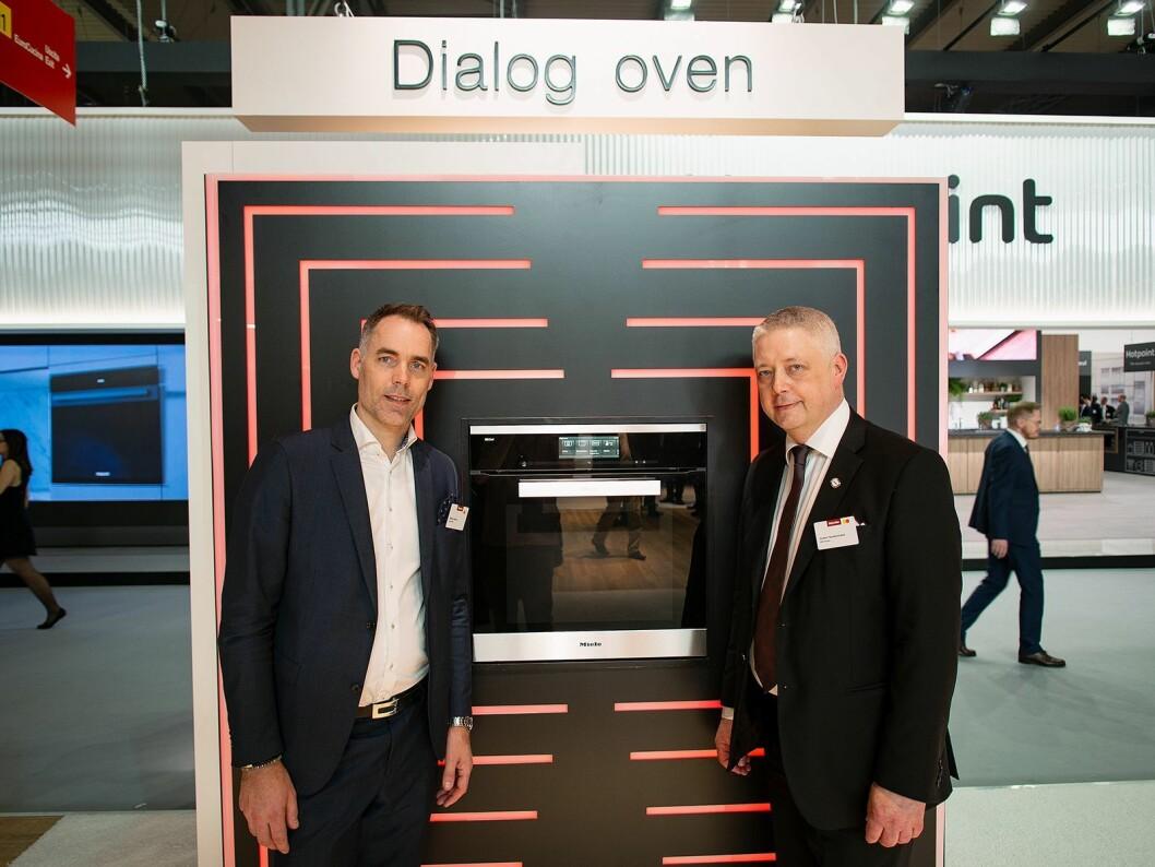 Produktsjef Mikael Gefvert og distriktssjef Anders Nordenstrand i Miele, viser fram selskapets store nyhet, Dialog-ovnen. Foto: Ola Larsson.