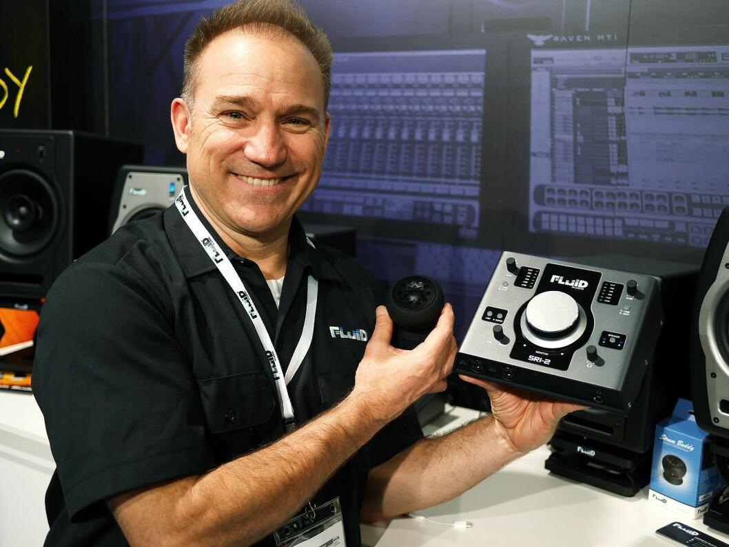 Kevin Zuccaro i Fluid Audio med lydkortet SRI-2 og den nye heavy metal-versjonen av Strum Buddy. Foto: Stian Sønsteng