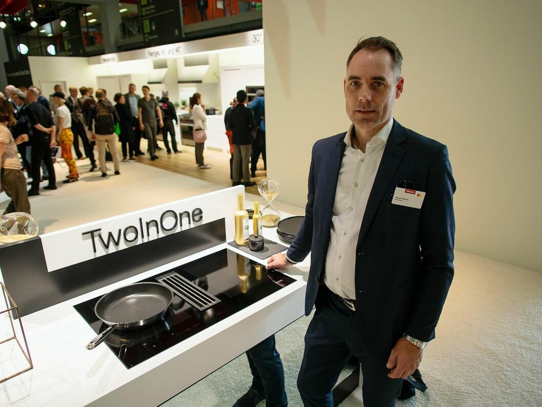 Mikael Gefvert sier Mieles TwoInOne koketopp og vifte er enkel i bruk og å rengjøre. Foto: Ola Larsson.