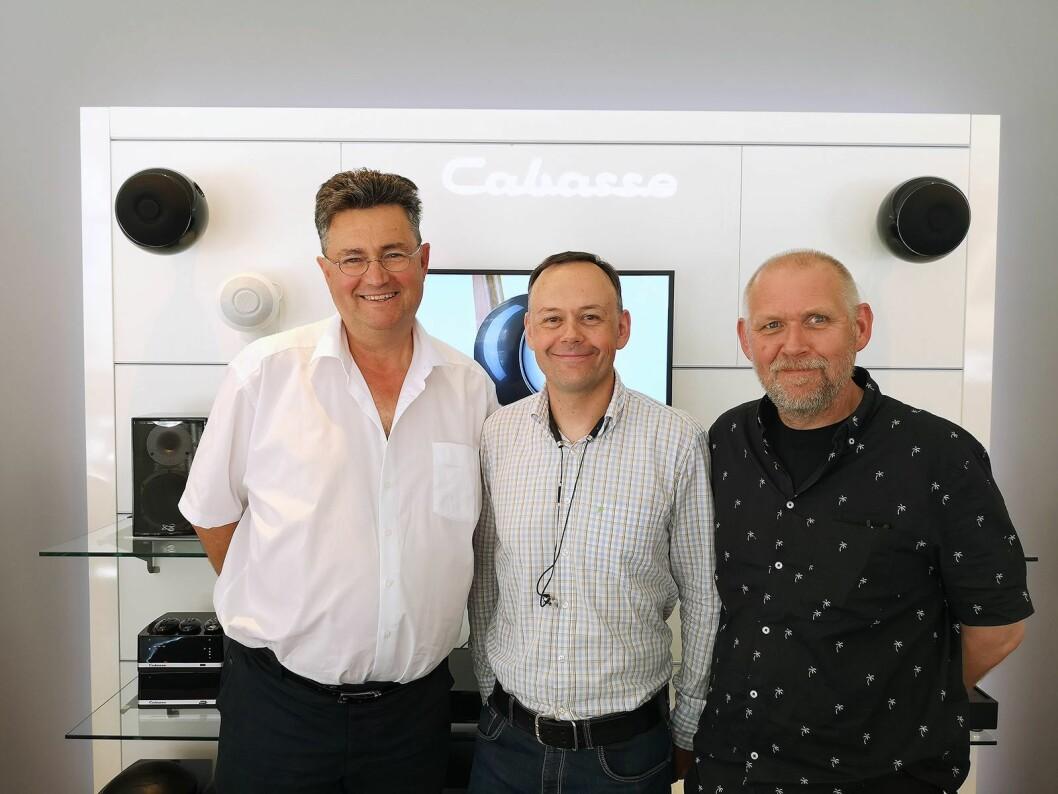 Global salgs- og markedssjef Christophe Cabasse, Monos salgs- og markedssjef Jarle Ruud og Simen Bjerkestrand, produktansvarlig i Mono med et utvalg av Cabasse-produkter. Foto: Marte Ottemo