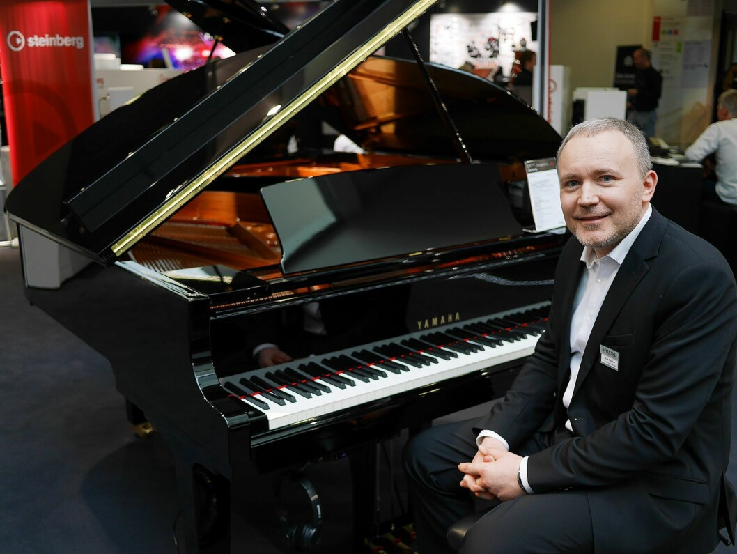 Erik Sæther, skandinavisk produktsjef for piano i Yamaha, med TransAcoustic-flygelet C3X. Pris: 390.000,- Foto: Stian Sønsteng.
