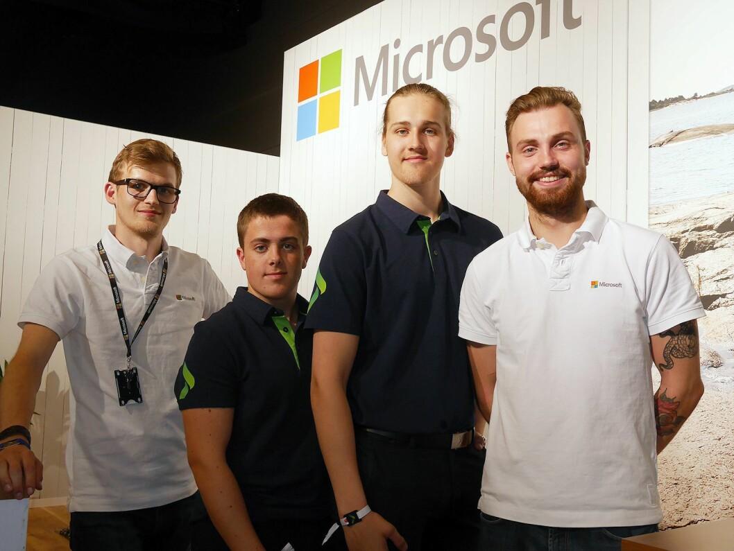 Benjamin Vea (t. v.) og Niklas Lind ved Elkjøp Megastore Slependen på besøk hos Andre Valente (t. v.) og Erlend Limandvik Myhr i Microsoft. Foto: Stian Sønsteng.