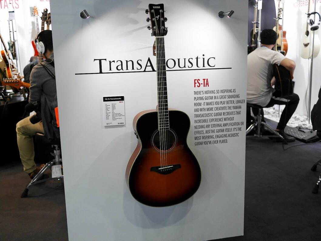 Yamaha FS-TA er en ny akustisk gitar med stålstrenger, der de to siste bokstavene står for TransAcoustic, og prisen er 7.500 kroner. Foto: Stian Sønsteng.
