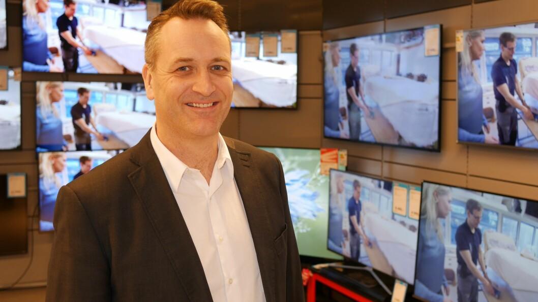 Administrerende direktør i Stiftelsen Elektronikkbransjen, Jan Røsholm, har sett en rivende utvikling i TV-størrelser de siste 50 årene. Foto: Stian Sønsteng