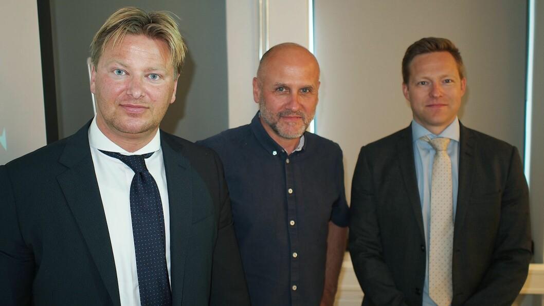 Advokatene Ole-Andre Oftebro (til venstre) og Kyrre Kielland (til høyre) fra Advokatfirma Ræder omslutter fagdirektør Gunstein Instefjord fra Forbrukerrådet. Foto: Jan Røsholm