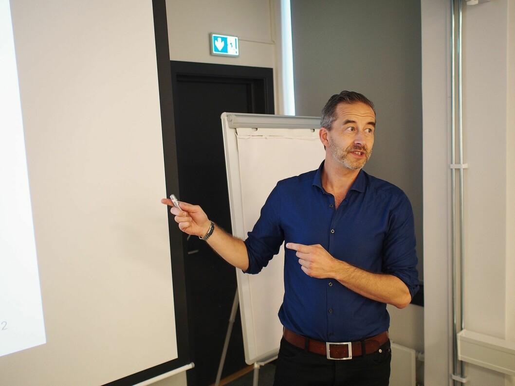 Thomas Nortvedt forklarer saksgangen i EU, fra et forslag foreligger til et ferdig direktiv. Foto: Jan Røsholm.