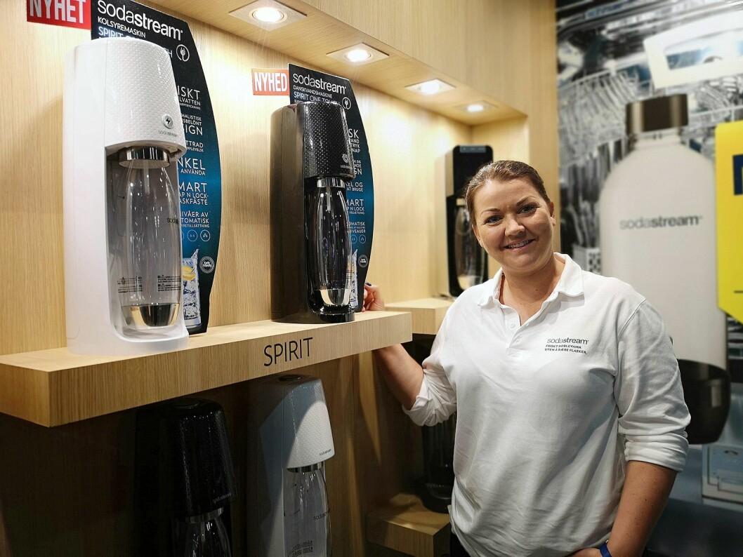 Camilla Øyen, kundeansvarlig i Sodastream, viser fram selskapets helt nye modell Spirit One Touch. Foto: Marte Ottemo