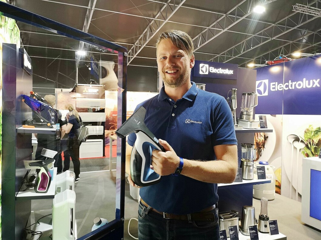 Nøkkelkundeansvarlig for Elkjøp i Electrolux, Geir Inge Ringen, viser fram selskapets nye vindusvasker. Foto: Marte Ottemo
