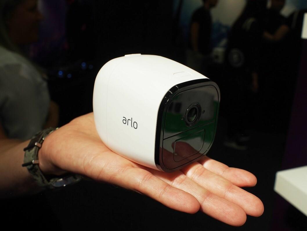Arlo Go er ikke større enn at det for plass i hånden. Foto: Jan Røsholm.