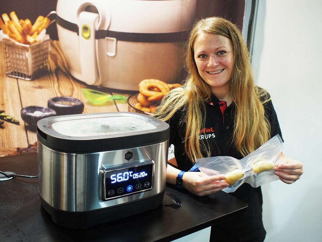 Marie Hansen fra OBH Nordica viser frem den nye sous-vide-kokeren. Legg merke til lokket i glass. Foto: Jan Røsholm