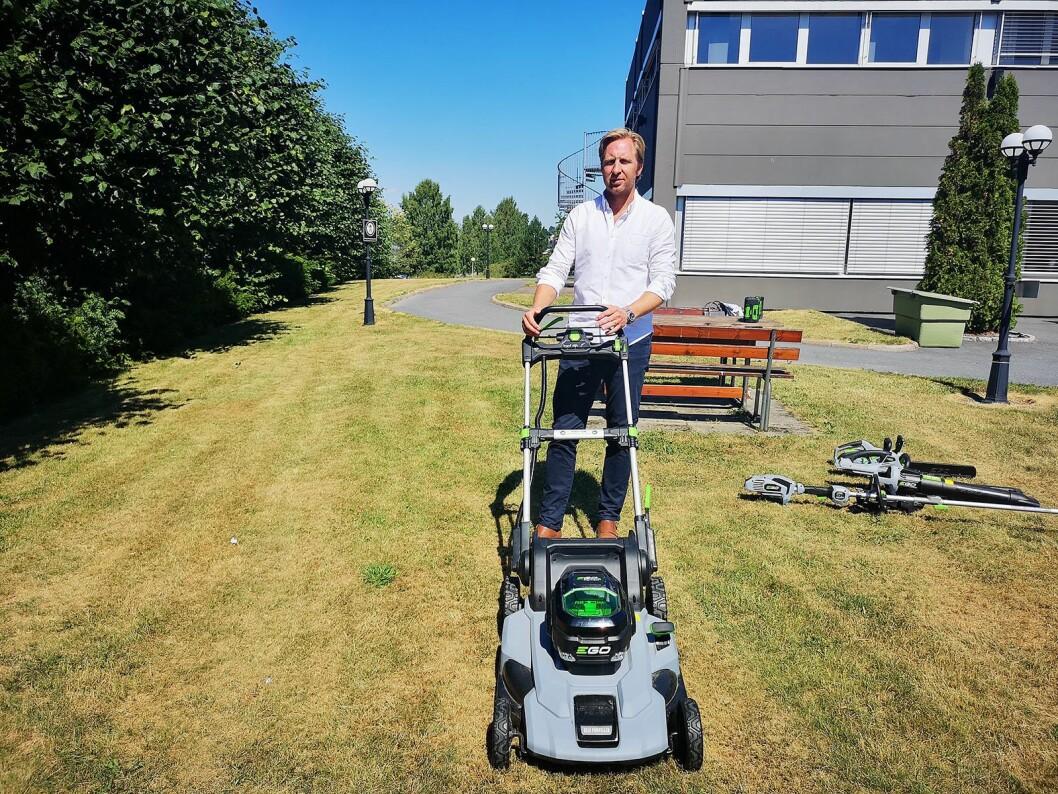 Thomas Holmen-Jensen, daglig leder i Noragent, har tro på at batteridrevne hageredskap skal bidra med vekst i selskapet. Foto: Marte Ottemo